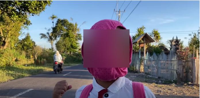 Konten berisi adeganseorang anak memakai masker celana dalam diunggah di YouTube.